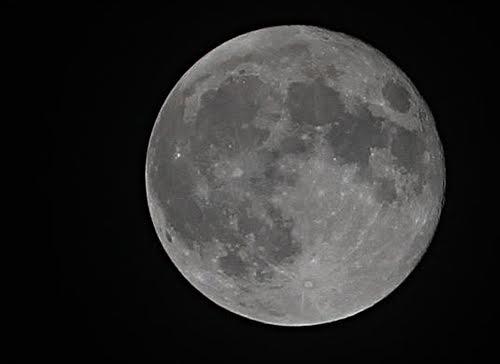 Tối 6/5 người dân thủ đô đã được chiêm ngưỡng hiện tượng thiên nhiên kỳ thú - mặt trăng tới gần địa cầu nhất trong năm.Trong ảnh là siêu trăng diễn ranăm 2012. Ảnh: Ngọc Thành.