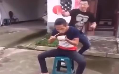 chang-trai-nga-vao-thung-rac-vi-mai-nhin-nguoi-dep-tren-pho-2