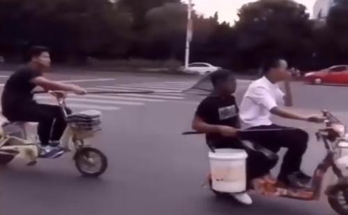 chang-trai-nga-vao-thung-rac-vi-mai-nhin-nguoi-dep-tren-pho-3