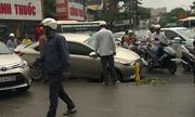 Toyota Vios sập bánh xuống hố tử thần giữa phố