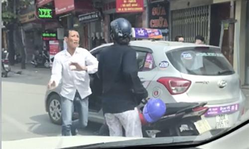 tai-xe-taxi-dy-nguoi-phu-nu-nga-xuong-duong-roi-bo-mac