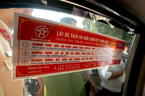ha-noi-dan-xem-tai-xe-taxi-khong-lay-tai-san-cua-khach-de-quen