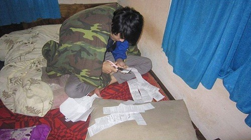 Thanh niên vượt khó chuẩn bị cho kỳ thi.