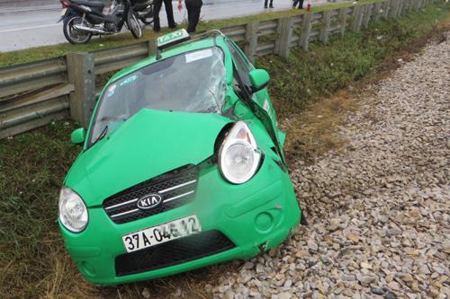 taxi-ket-o-duong-ray-bi-tau-dam-vang-chuc-met-2