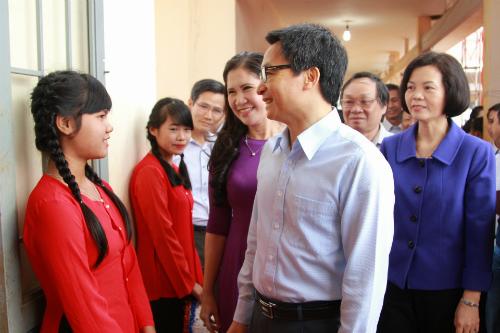 Phó Thủ tướng Vũ Đức Đam chia sẻ, động viên học sinh, giáo viên