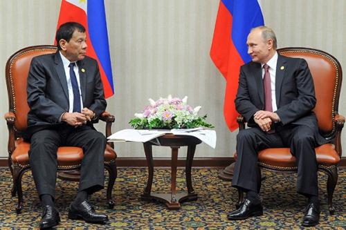Tổng thống Philippines và Nga hôm nay gặp bên lề hội nghị thượng đỉnh APEC. Ảnh: AP