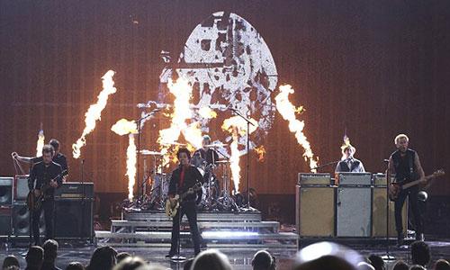 Green Day là nhóm nhạc lên tiếng mạnh mẽ nhất trong đêm trao giải AMA hôm qua tạiLos Angeleskhi biến ca khúc Bang Bang