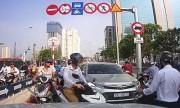 Xe máy, ôtô chạy ngược chiều hàng loạt trên cầu gây ùn tắc