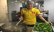 Công Vinh vào bếp nấu canh rau cải cho tuyển Việt Nam