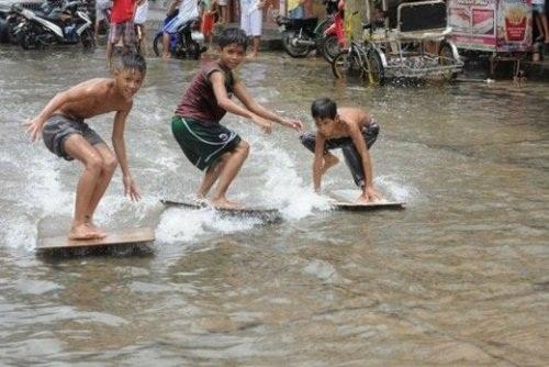 Lướt sóng bằng ván tự chế.