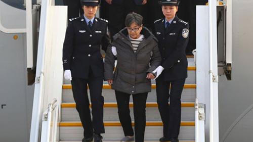 Dương Tú Châu tự nộp mình cho chính phủ Trung Quốc sau 13 năm lẩn trốn. Ảnh: BBC.