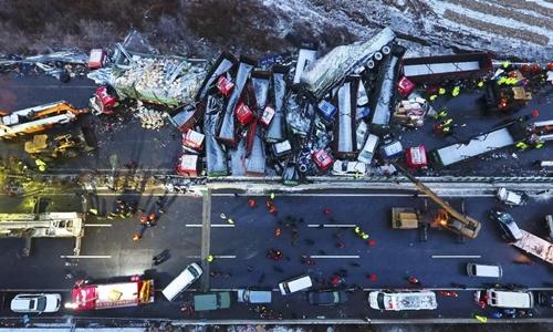 Hiện trường vụ tai nạn liên hoàn ở Sơn Tây, Trung Quốc hôm 21/11. Ảnh: AP.