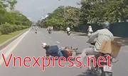Cô gái chạy ẩu ngã xe máy trượt 10m trên mặt đường