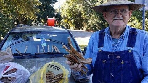 [Caption]Ông Kenneth Smith bán củi mồi để kiếm sống (Ảnh: James Edward Bates)