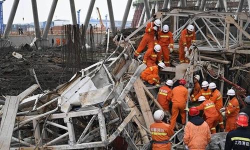 Hiện trường vụ sập giàn giáo tháp làm mát nhà máy điện ở Giang Tây, Trung Quốc. Ảnh: Sina.