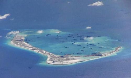 Tàu Trung Quốc nạo vét trái phép trên Biển Đông. Ảnh: Reuters.