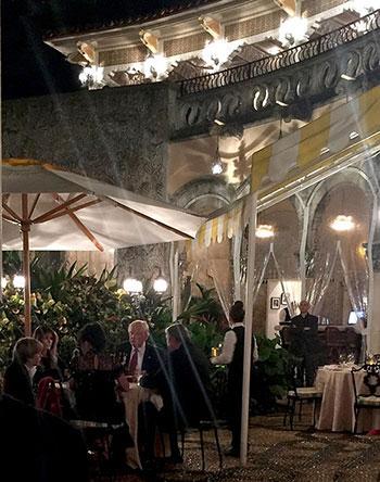 Ông Trump ăn tối cùng vợ con và một đôiôi vợ chồng chưa rõ danh tính.biệt thựMar-a-Lago ở Palm Beach, Florida, tối 22/11