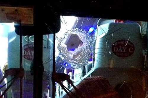 Một xe khách bị 2 thanh niên ném đá gây hư hỏng, hành khách bị thương. Ảnh: Hoài Thanh