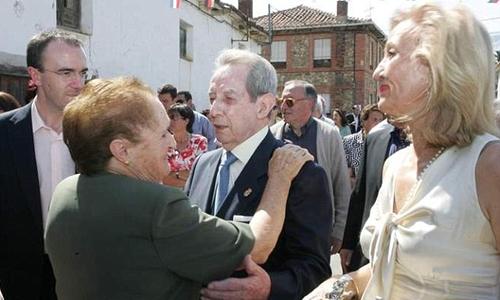 Tỷ phú Antonino Fernández thăm lại làng quê Cerezales del Condado, nơi ông sinh ra. Ảnh: Telegraph.
