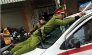 video-tai-xe-taxi-keo-le-cong-an-chuc-met-xem-nhieu-tuan-qua-8