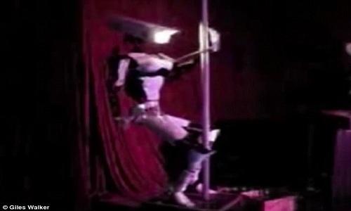 robot-bieu-dien-mua-cot-nhu-vu-cong-chuyen-nghiep