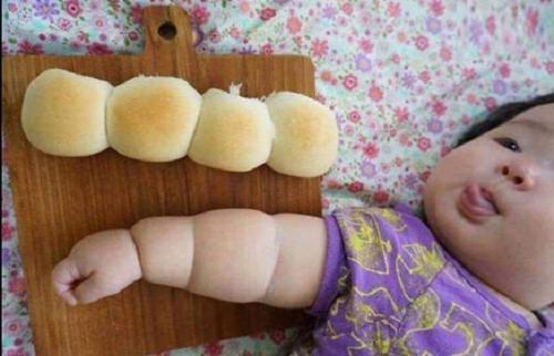 Đôi tay ngấn mỡ của bé yêu hệt như chiếc bánh mỳ ngọt.