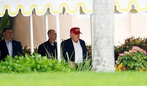 Donald Trump đội chiếc mũ với khẩu hiệu mới (Ảnh: Reuters)