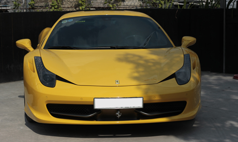 Ferrari giới thiệu 458 lần đầu vào năm 2009, là người kế nhiệm của F430. Mẫu siêu xe được cung cấp sức mạnh bởi động cơ 4,5 lít V8 có công suất 562 mã lực tại vòng tua máy 9.000 vòng/phút, mô-men xoắn cực đại 540 Nm tại 6.000 vòng/phút. Kết hợp cùng hộp số ly hợp kép 7 cấp.Trên phiên bản đời mới của mẫu siêu ngựa lắp động cơ 3,9 lít tăng áp cho công suất 670 mã lực, vượt xa 562 mã lực của loại 4,5 lít V8.
