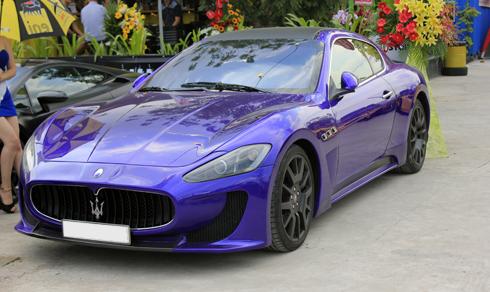 GranTurismo do nhà thiết kế Pininfarina xây dựng bằng các đường nét thiết kế mềm mại nhưng không mất đi bản chất của một mẫu xe thể thao. Lưới tản nhiệt hình miệng cá mập, nổi bật chính là logo đinh ba đặc trưng của Maserati.