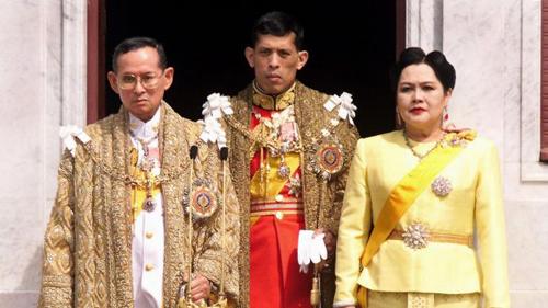 Quốc vương Thái Lan Bhumibol Adulyadej cùng hoàng thái tử Maha Vajiralongkorn và hoàng hậu Sirikit năm 1999. Ảnh: AFP.