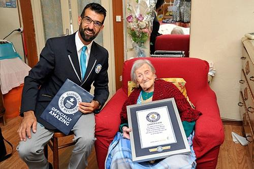 Cụ Morano đón nhận kỷ lục Guinness (Ảnh: Guinnessworldrecords)