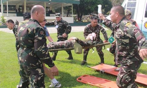 Nhân viên an ninh của Tổng thống Philippines Duterte bị thương trong vụ đánh bom. Ảnh: Reuters