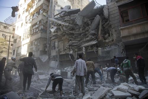 hành phố Aleppo sau một trận không kích. Ảnh: AFP.