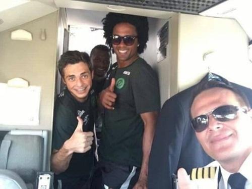 Hình ảnh câu lạc bộ bóng đá Brazil tươi cười trước khi máy bay cất cánh