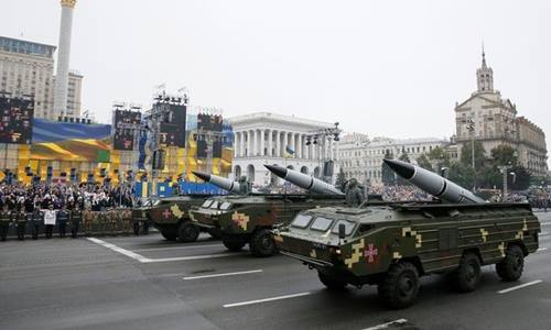 Giàn phóng tên lửa di động OTR-21 Tochka-U của Ukraine trong lễ duyệt binh ngày 24/8. Ảnh: Reuters