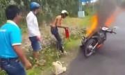 3 thanh niên bất lực nhìn xe cháy vì không bật được bình cứu hỏa