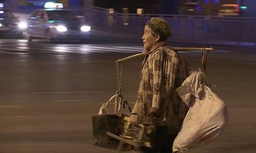 Ở tuổi 68, bà Vương vẫn hàng ngày đi bán rau giúp con trai có thêm tiền mua nhà. Ảnh: SCMP.