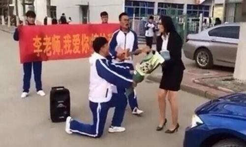Hình ảnh được cho là nam sinh cầu hôn cô giáo. Ảnh: Shanghaiist.