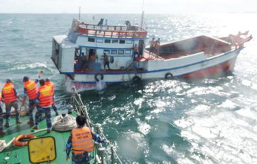 Tàu cá cùng 10 thuyền viên được ứng cứu và lai kéo vào bờ an toàn. Ảnh: Cảnh sát biển