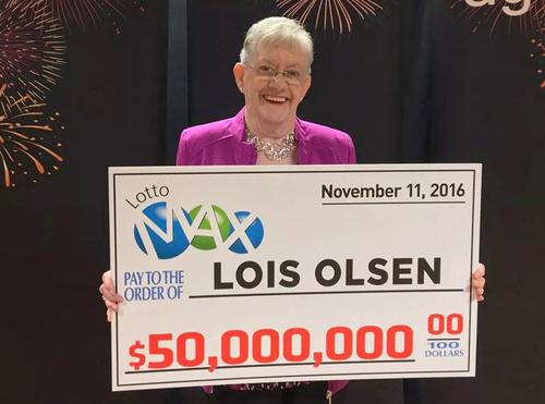 Bà LoisOlsen nhận tấm séc 50 triệu CAD. Ảnh:AGLC
