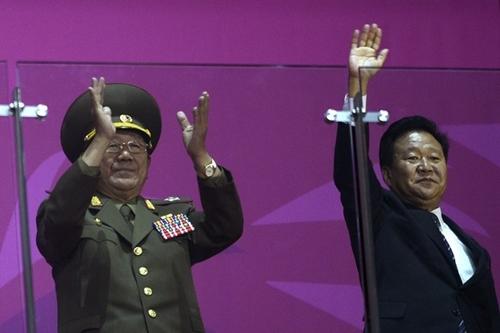 Ông Hwang Pyong-so (trái) và ông Choe