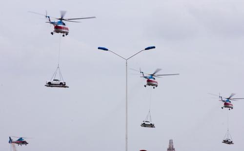 Trực thăng cẩu xe bay theo đội hình. Ảnh: Bảo Anh