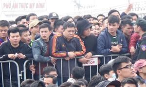 Chen chân hàng km từ mờ sáng mua vé bóng đá
