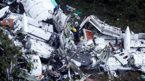 Các nhân viên cứu hộ làm việc tại hiện trường máy bay rơi ở Colombia. Ảnh: Reuters