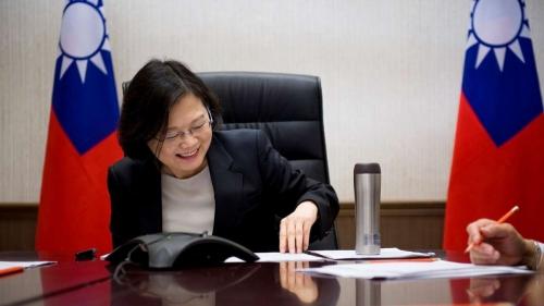 Lãnh đạo Đài Loan Thái Anh Văn tươi cười trong cuộc điện đàm với Tổng thống Mỹ đắc cử Donald Trump. Ảnh: SCMp