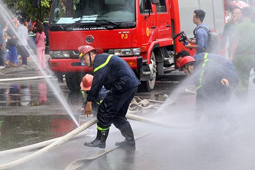 3 cảnh sát cứu hoả bị khiển trách sau vụ cháy quán karaoke ở Cầu Giấy