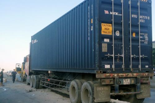 Container húc 50 m dải phân cách, cầu Sài Gòn tê liệt 2 giờ