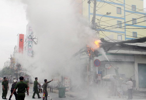 Trụ điện cháy như đuốc ở TP HCM, nhiều người bỏ chạy