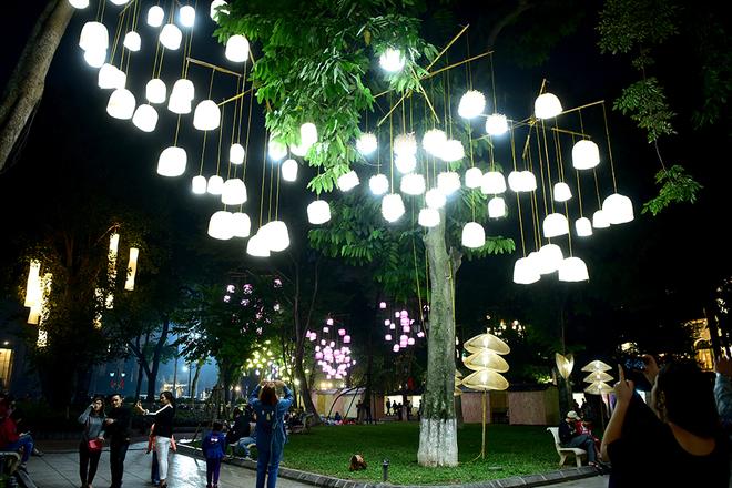 Vườn hoa Lý Thái Tổ bừng sáng thành không gian nghệ thuật
