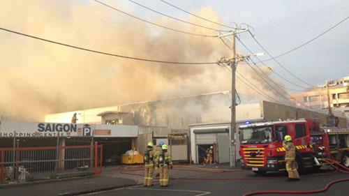 Lính cứu hỏa chữa cháy tại chợ Little Saigon Market ở Footscray, ngoại ô phía tây thành phố Melbourne, Australia sáng nay. Ảnh: 9 News